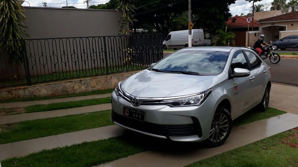 Após pegar carro oficial, sobrinho de 16 anos do prefeito saiu de posto de combustíveis sem pagar e fugiu após deixar veículo em hotel (Foto: Romeu Neto/TV TEM)