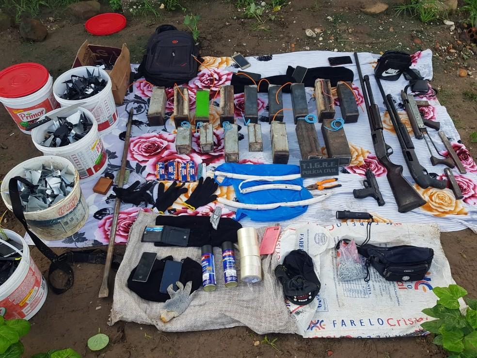 Espingardas, explosivos e outros materiais foram apreendidos durante operação em Igreja Nova — Foto: Polícia Civil