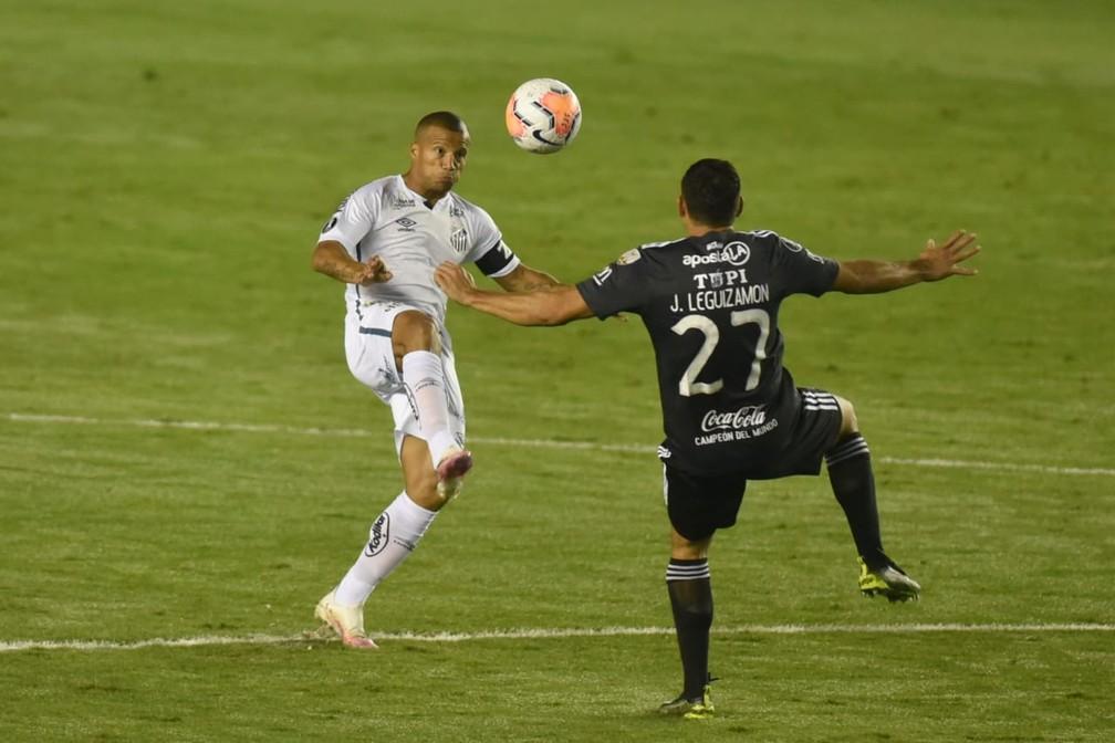 Sánchez disputa bola pelo alto contra o Olimpia — Foto: Ivan Storti/Santos FC