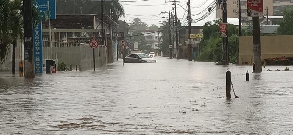 Rua Itagi, em Lauro de Freitas, totalmente tomada pela água nesta terça-feira (24) — Foto: Cid Vaz/TV Bahia