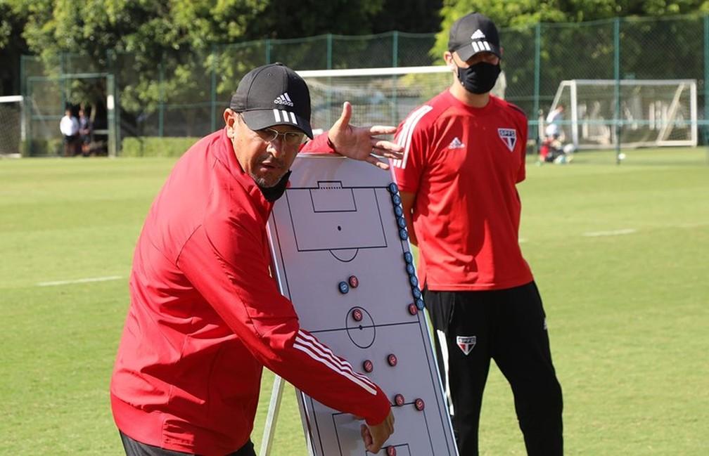 Menta, treinador do sub-17 do São Paulo — Foto: Rubens Chiri/saopaulofc.net