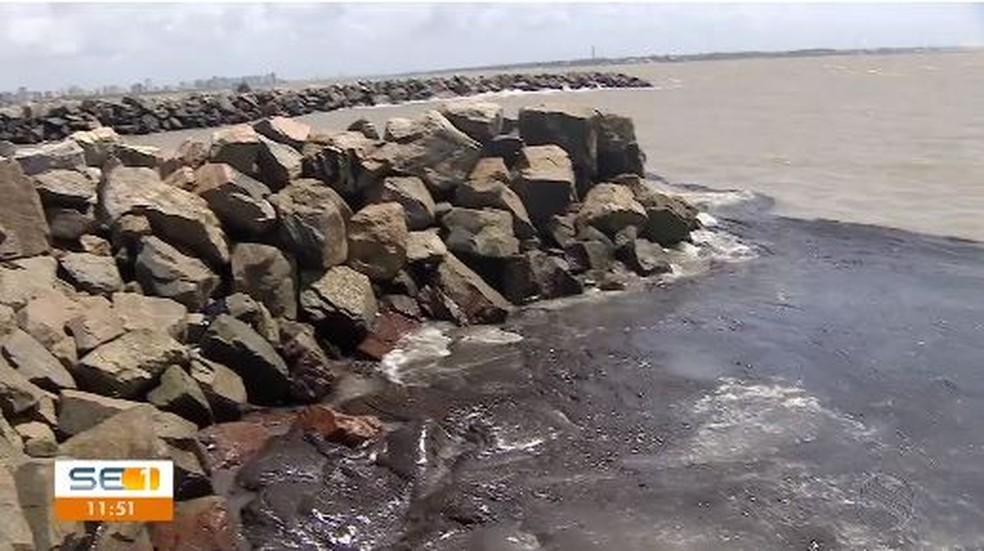 Petróleo cru acumulado em ponto do litoral de Sergipe (SE) — Foto: Reprodução/TV Sergipe