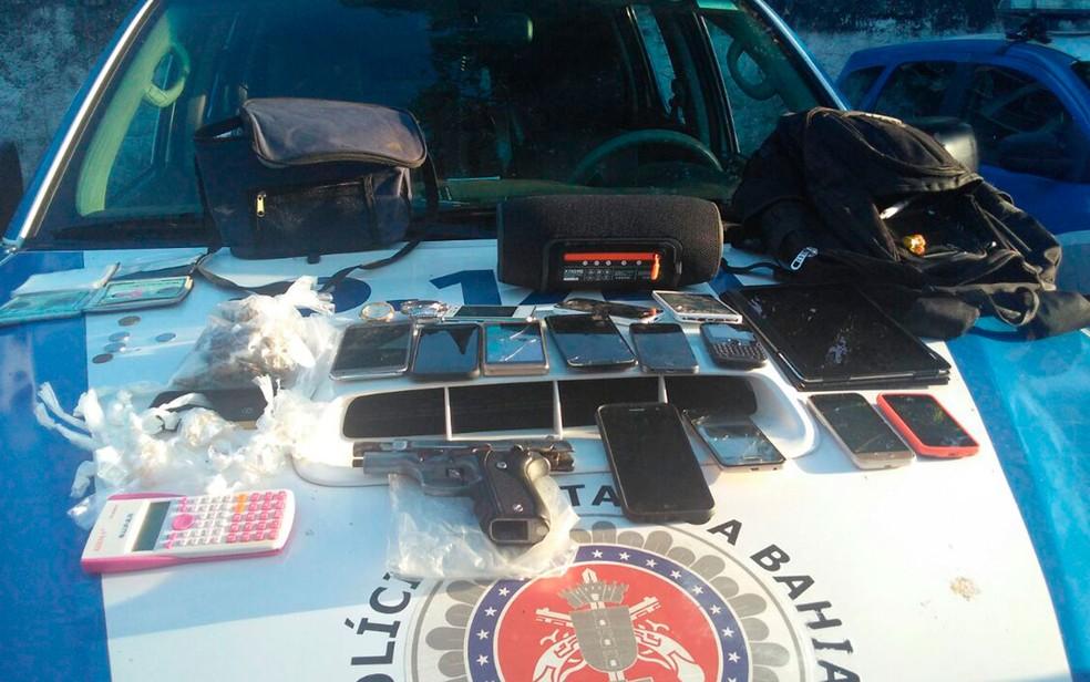 Arma, celulares e drogas foram apreendidos com os suspeitos, segundo a polícia  (Foto: Divulgação/SSP )