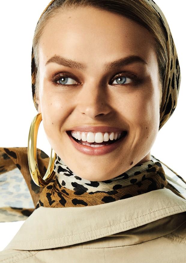 Birgit Kos, fotografada por Mariana Maltoni, usa trench coat Hugo Boss e argola Balenciaga no editorial Supertrench, que tem edição de moda de Pedro Sales (Foto: Vogue Brasil/ Mariana Maltoni)