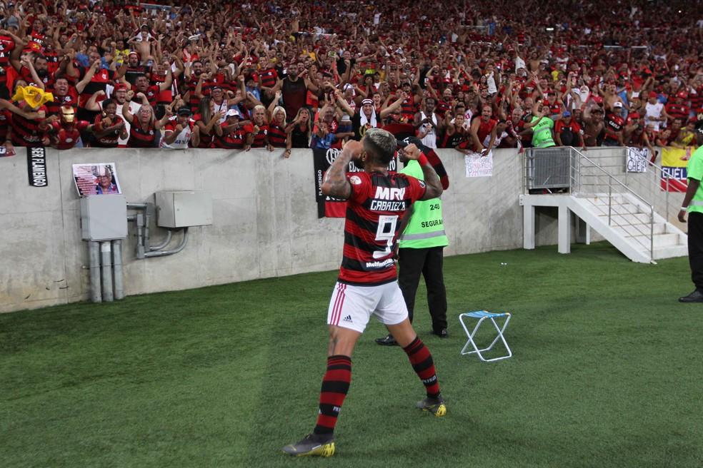 Gabigol comemora seu gol diante da torcida do Flamengo — Foto: PAULO SéRGIO/AGÊNCIA F8/ESTADÃO CONTEÚDO