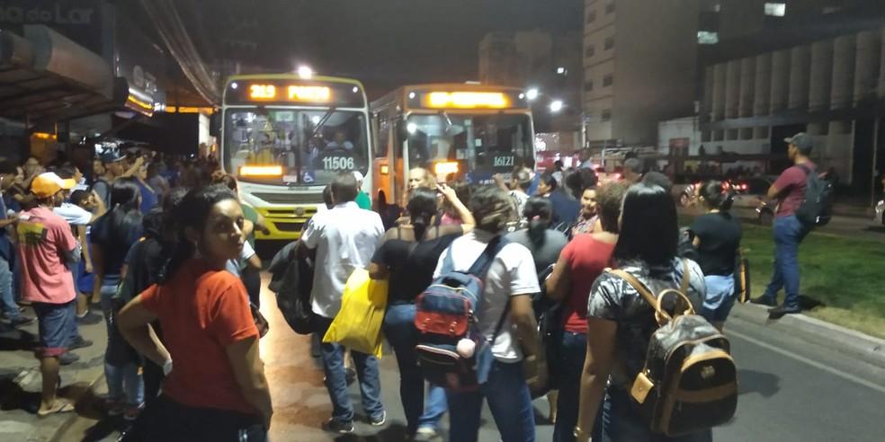 Passageiros bloqueiam avenida de Cuiabá e protestam pela falta de transporte — Foto: Leonardo Arruda
