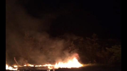 Mata pega fogo ao lado da festa de réveillon na praia do Maçarico, em Salinas