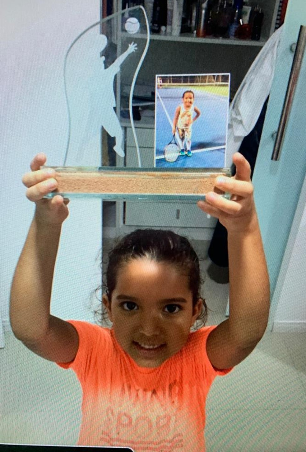 Beatriz Rodrigues com seu primeiro troféu aos 7 anos. — Foto: Reprodução - Arquivos