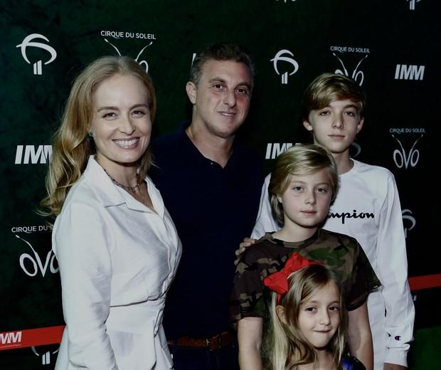 Luciano Huck e Angélica com filhos (Foto: ROBERTO FILHO / BRAZIL NEWS)