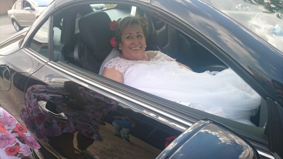 Noiva chegou à capela em carro conversivel, em Itapetininga (Foto: Francine Galdino/G1)