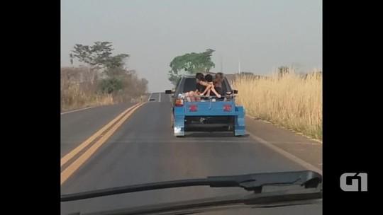 Motorista é flagrando levando crianças dentro de carretinha em rodovia; vídeo