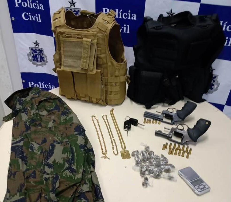 Armas, capas de coletes balísticos e drogas foram apreendidos na ação — Foto: Polícia Civil/ Divulgação