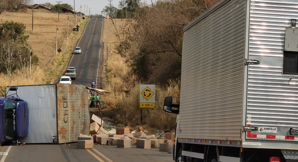 Carga de esterco e ovos ficou espalhada na pista após caminhões baterem e tombarem na vicinal que liga Tupã a Bastos (SP) — Foto: Tupaense Notícias/ Divulgação