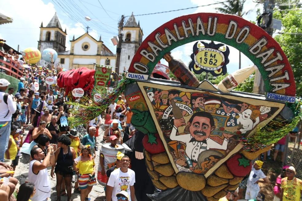 Bacalhau do Batata desfila pelas ladeiras de Olinda nesta quarta (6) — Foto: Aldo Carneiro/Pernambuco Press
