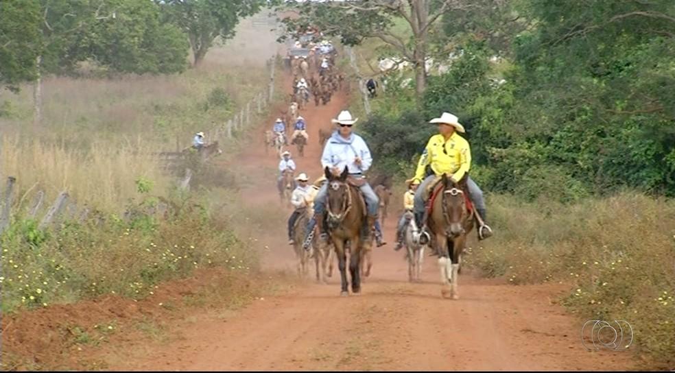 Tropeiros percorrem estradas rurais para manter tradição (Foto: Reprodução/TV Anhanguera)