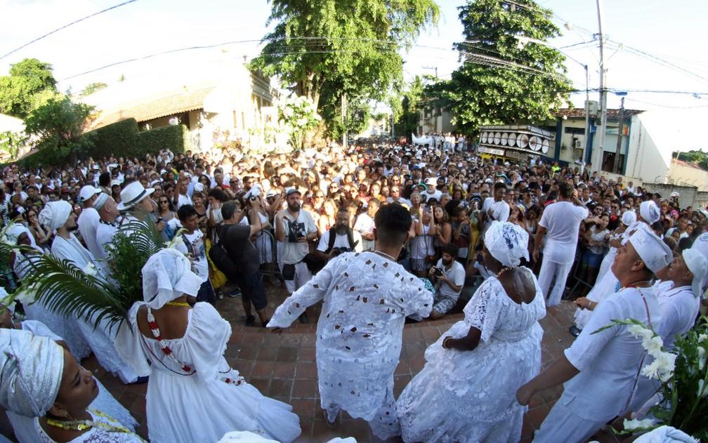 Em frente à Igreja do Bonfim, em Olinda, multidão recebe bênção das Águas de Oxalá — Foto: Marlon Costa/Pernambuco Press
