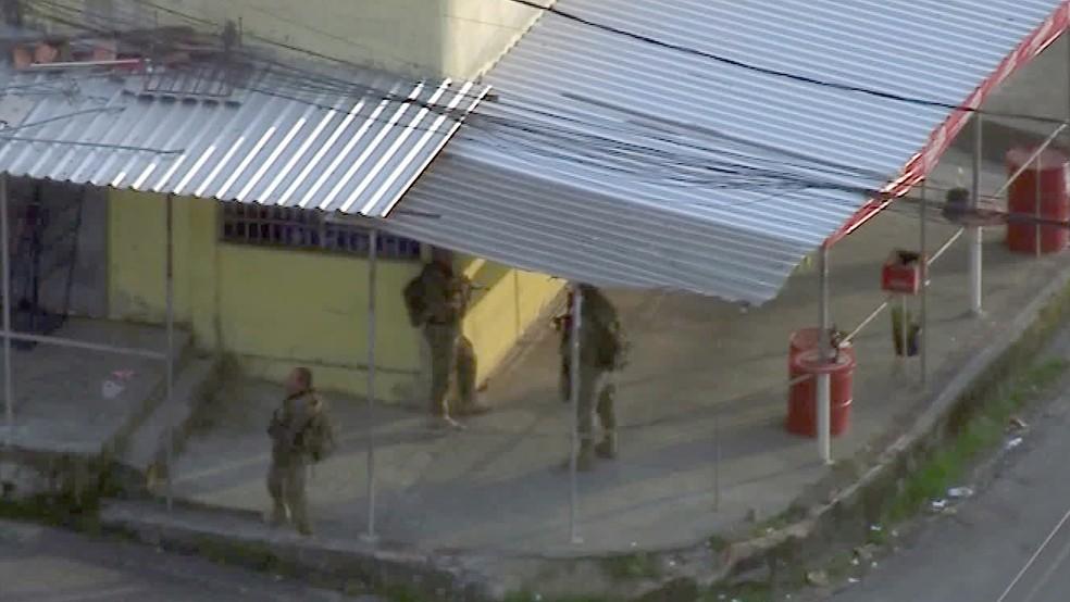 Homens do Bope patrulham o Morro da Primavera, em Cavalcanti — Foto: Reprodução/TV Globo