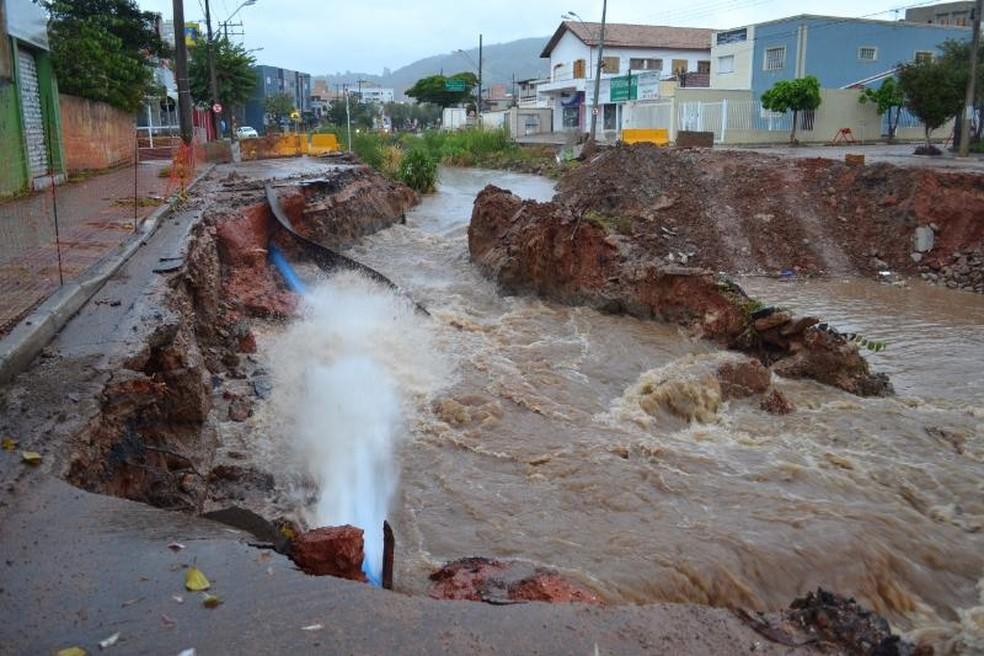 Cano de água da Sabesp se rompeu após asfalto ceder na Avenida Antonino Dias Bastos (Foto: São Roque Notícias/Divulgação)