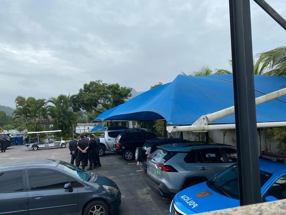 Policiais conversam em heliporto na Zona Oeste onde Fernando Inácio foi morto — Foto: Leslie Leitão/G1