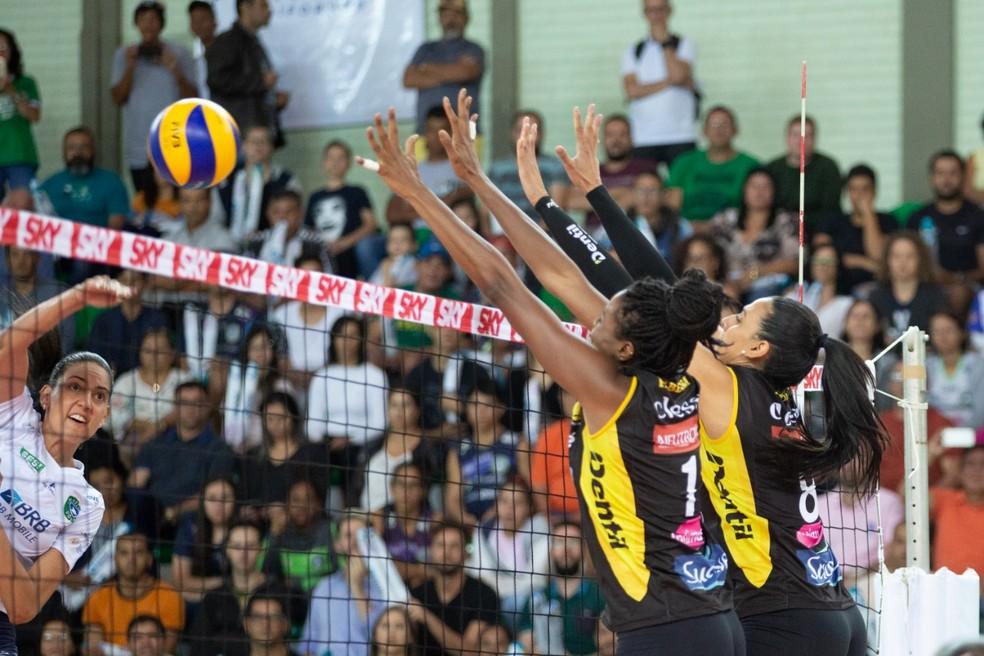 Brasília Vôlei perdeu para o Praia Clube por 3 sets a 0 — Foto: Anderson Papel / Divulgação