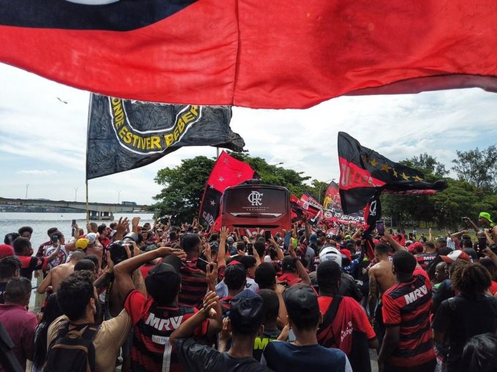 Multidão cerca o ônibus rubro-negro — Foto: Divulgação/Flamengo