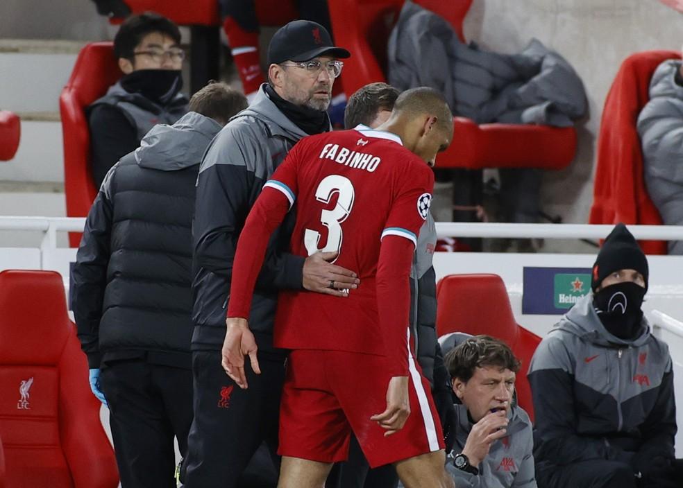 Klopp consola Fabinho ao substituí-lo na vitória do Liverpool contra o Midtjylland — Foto: Phil Noble/Reuters