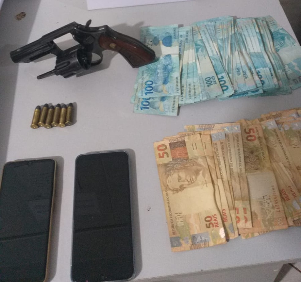 Dinheiro e arma foi apreendida com falso agente penitenciário — Foto: PM/Divulgação
