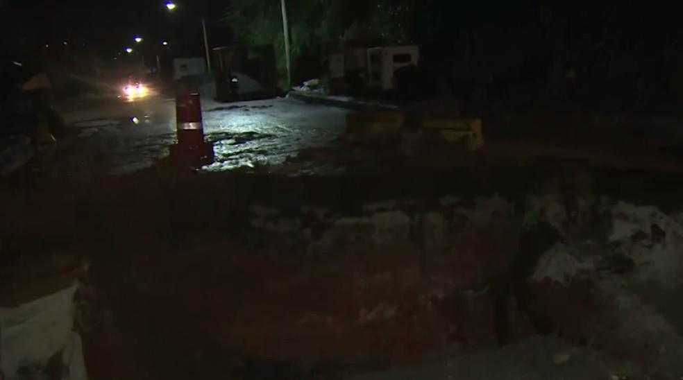 Após 2 dias, via próxima a hospital em Periperi segue interditada depois de rompimento de drenagem e formação de cratera (Foto: Reprodução/TV Bahia)