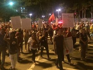 Manifestantes dão a volta na Praça Cívia em protesto a favor da presdente Dilma Goiânia Goiás (Foto: Sílvio Túlio/G1)