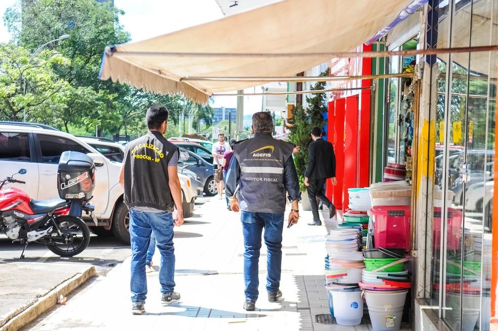 Agentes do DF Legal fazem fiscalização nos comércios do DF  — Foto: Paulo H. Carvalho / Agência Brasília