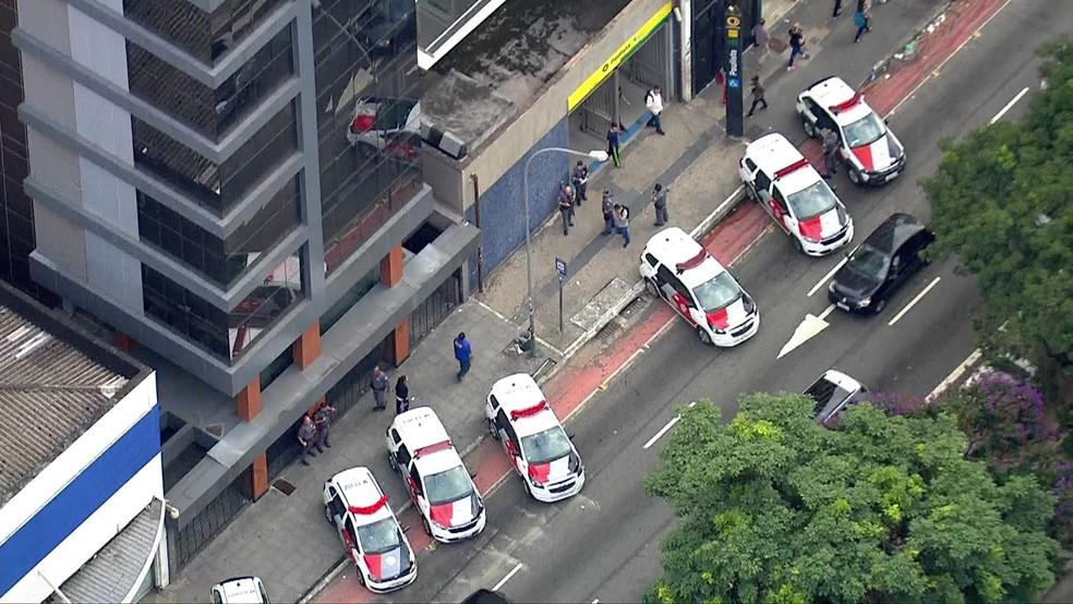 Viaturas da PM se posicionam na entrada da Estação Paulista do Metrô — Foto: TV Globo/Reprodução