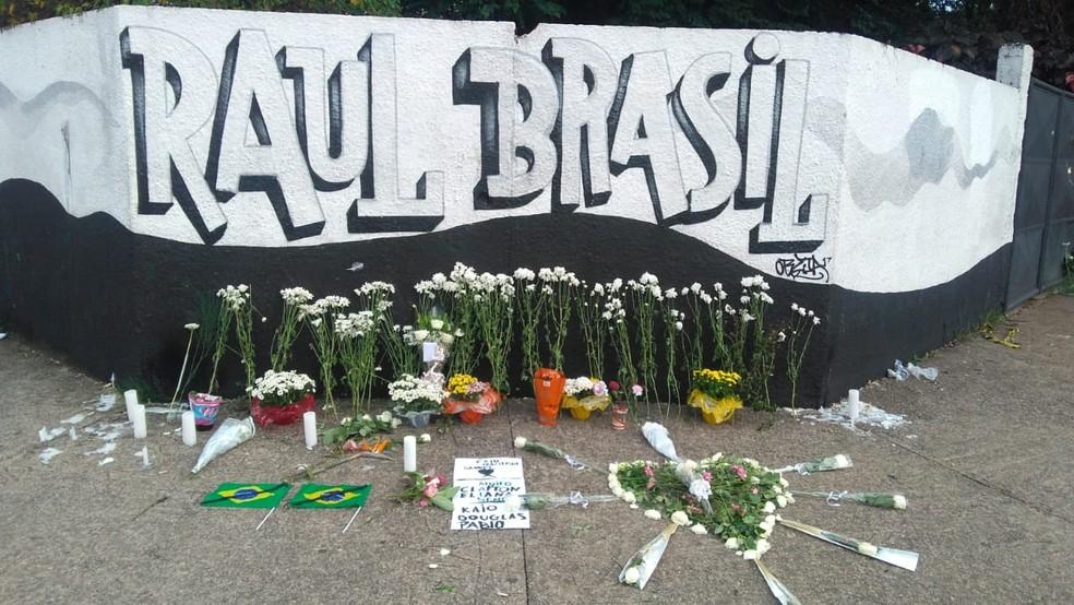 Vítimas de massacre em Suzano são homenageadas na porta da Escola Raul Brasil — Foto: Ralph Siqueira/TV Diário
