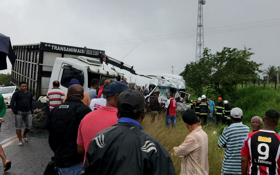 Carreta e van batem de frente na BA-502, na Bahia — Foto: Alice Ribeiro/TV Subaé