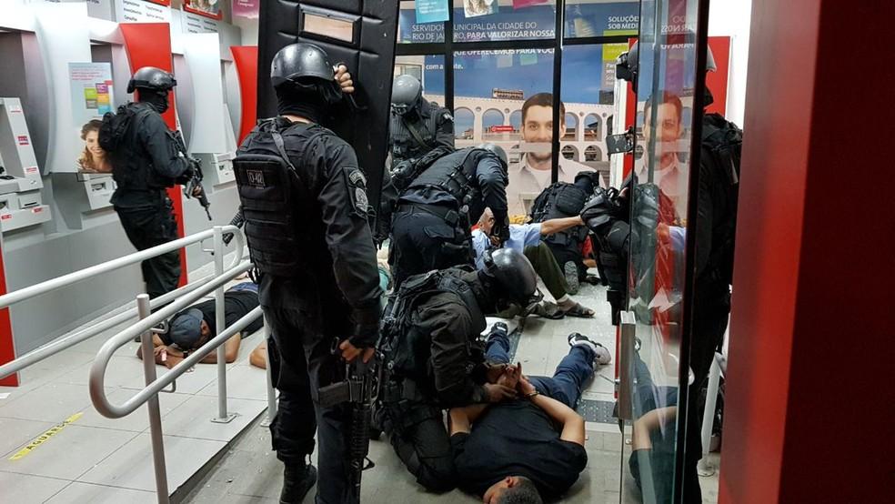 Grupo é preso após tentativa de assalto a banco em Madureira, na Zona Norte do Rio de Janeiro (Foto: Divulgação/PM)