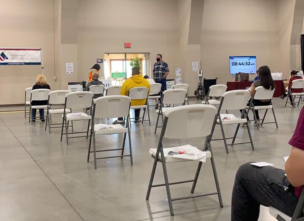 Local onde todos os moradores precisam aguardar por 10 minutos após tomar a vacina contra a Covid-19 em Lancaster, na Califórnia — Foto: Arquivo pessoal