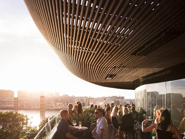 Prédio em Sydney abriga restaurante nas varandas curvilíneas (Foto: Rory Gardiner/Divulgação)