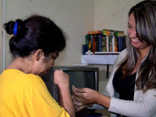 Presa se emociona ao saber que foi aprovada em curso (Foto: Aline Lopes/ G1)