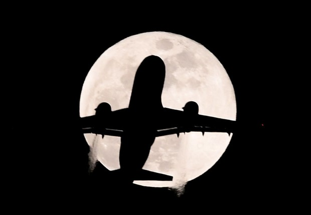 LONDON, ENGLAND - JANUARY 31: An aeroplane flies past the supermoon during the Premier League match between Chelsea and AFC Bournemouth at Stamford Bridge on January 31, 2018 in London, England. (Photo by Mike Hewitt/Getty Images) (Foto: Photo by Mike Hewitt/Getty Images)