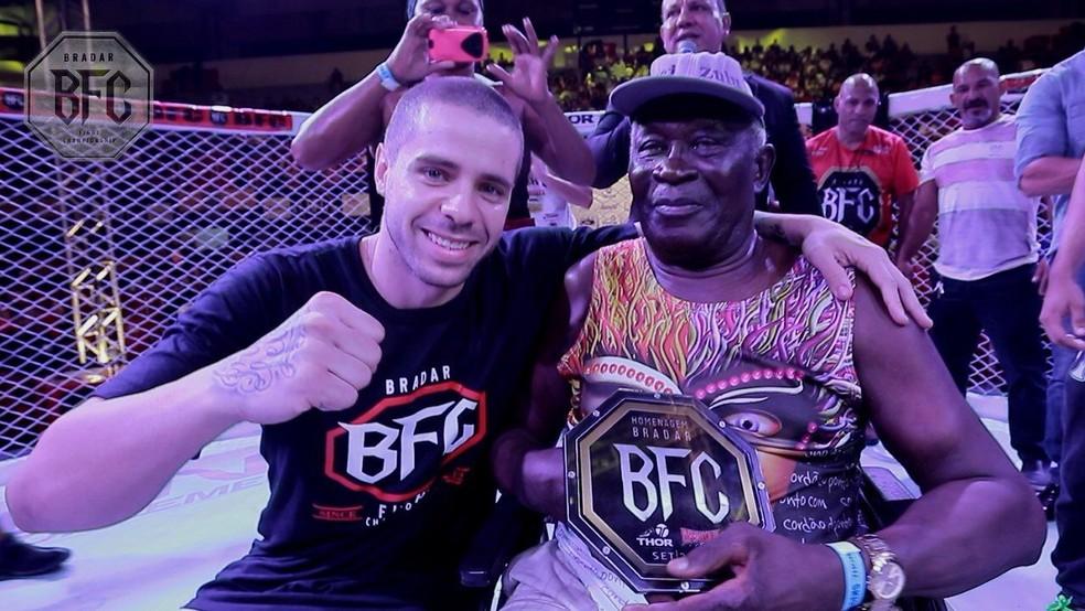 Organizador do evento, André Bradar entrega troféu ao veterano (Foto: reprodução/Youtube)