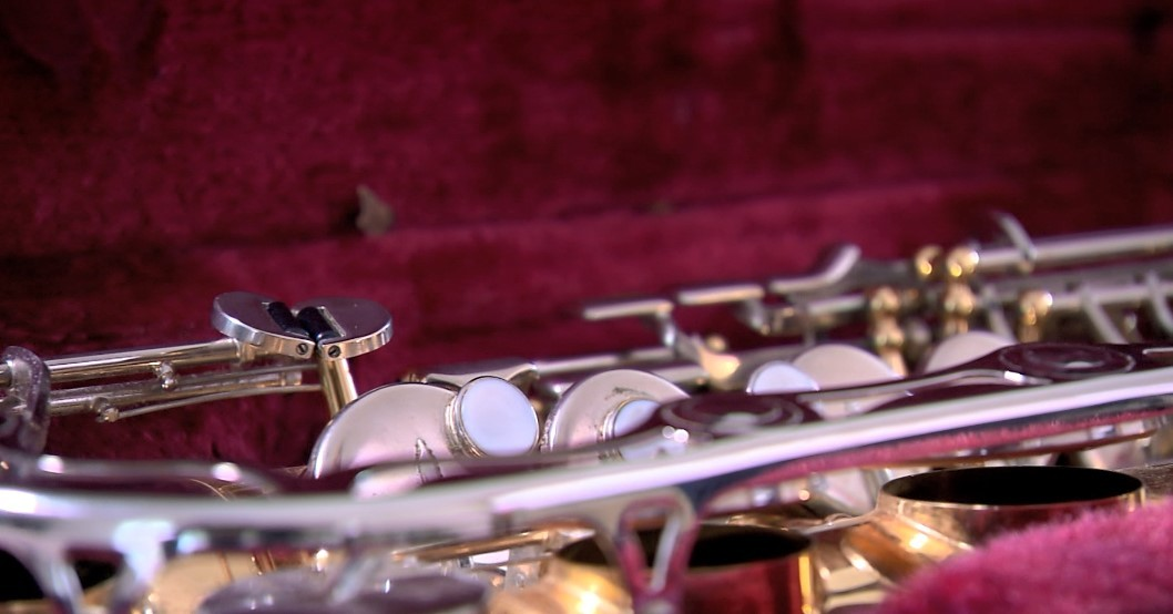 Impedido de tocar em hospitais por conta da Covid-19, saxofonista percorre prédios para levar música a moradores em quarentena