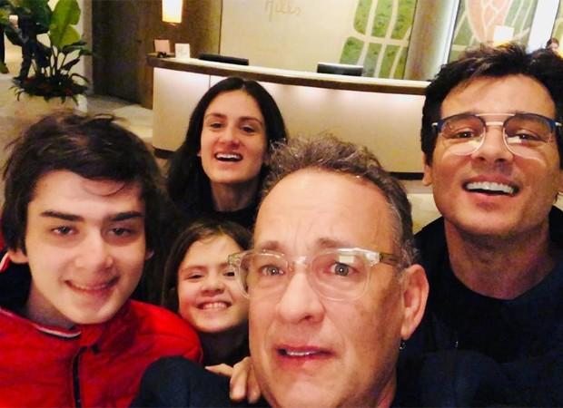 Celso Portiolli e os filhos posam para selfie com Tom Hanks (Foto: Reprodução/Instagram)