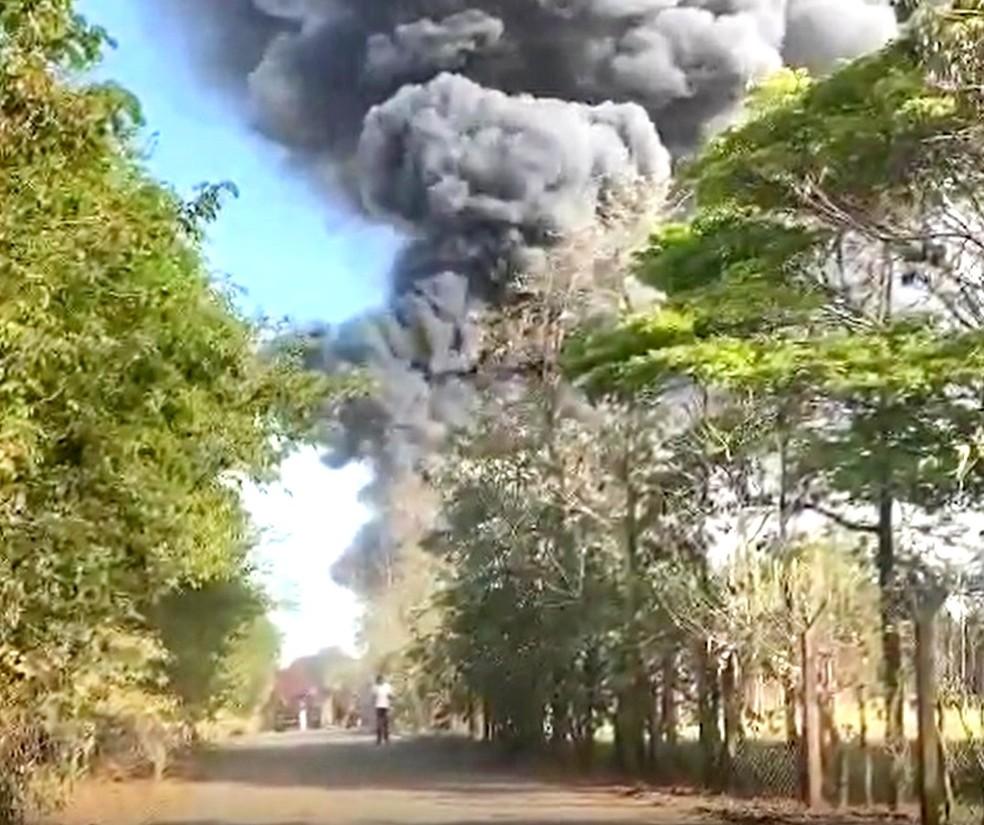 Incêndio atinge depósito de entulhos e provoca coluna de fumaça em Ourinhos — Foto: Arquivo pessoal
