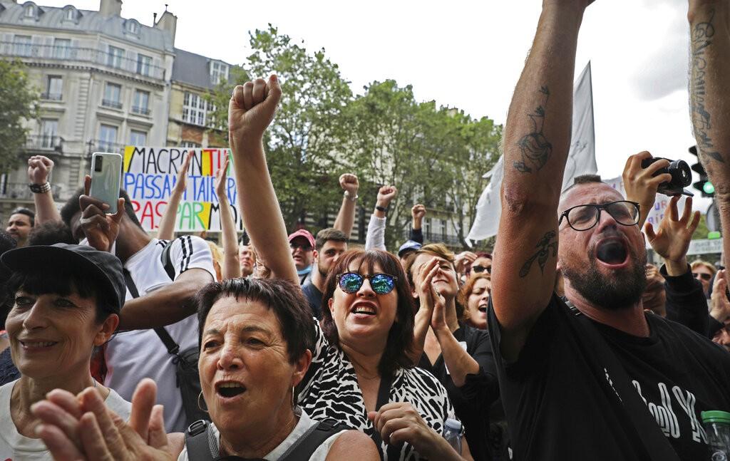 Em Paris, manifestantes fazem protesto contra passe que atesta a vacinação