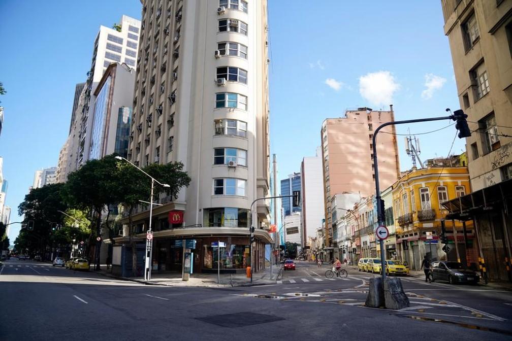 RIO DE JANEIRO - Avenida Rio Branco com Rua do Acre, um dos cruzamentos mais movimentados do Centro, é visto com pouco movimento nesta terça (24) — Foto: Marcos Serra Lima/G1