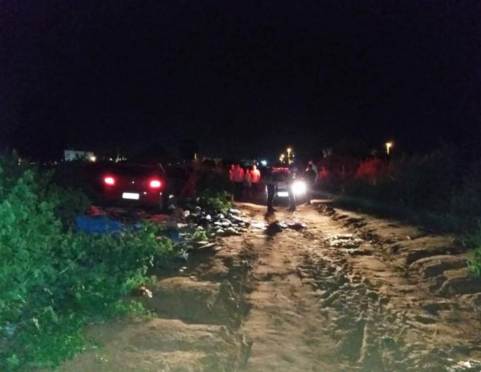 Carro da vítima foi encontrado com as portas abertas em uma estrada de terra no bairro Alameda dos Cajueiros — Foto: Marcelino Neto/O Câmera
