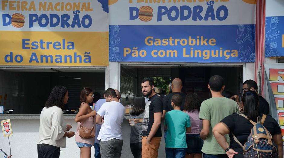 Lanches e gastronomia popular de rua no Terreirão do Samba (Foto: Fernando Frazão/Agência Brasil)