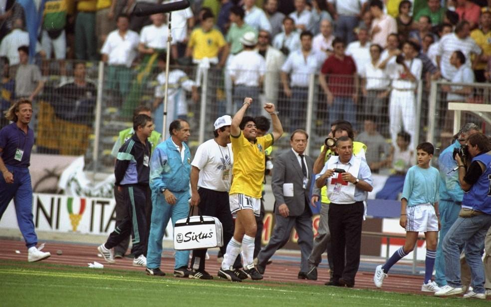 Maradona saiu com uma camisa do Brasil em 1990. Antes, conversou com Careca na beira do campo — Foto: Allsport UK /Allsport