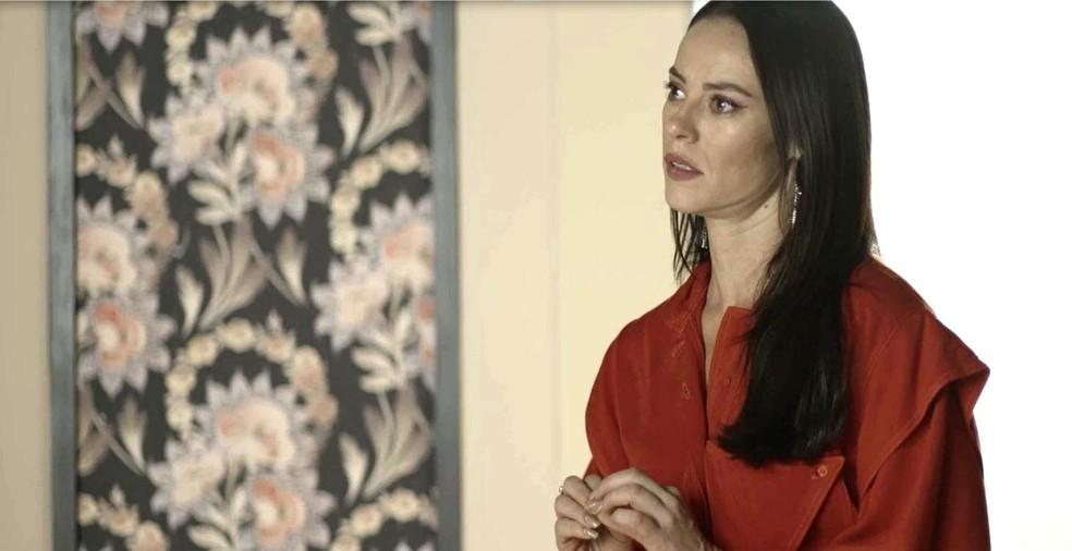 Vivi Guedes (Paolla Oliveira) percebe tensão no rosto de Fabiana (Nathalia Dill), na novela 'A Dona do Pedaço' — Foto: Globo