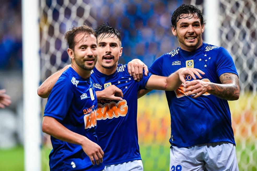 Éverton Ribeiro, Ricardo Goulart e Willian comemoram gol do Cruzeiro — Foto: Getty Images