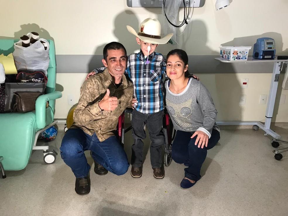 Família comemora alta de Marcelinho após o diagnóstico de leucemia — Foto: Mayara Corrêa/TV TEM
